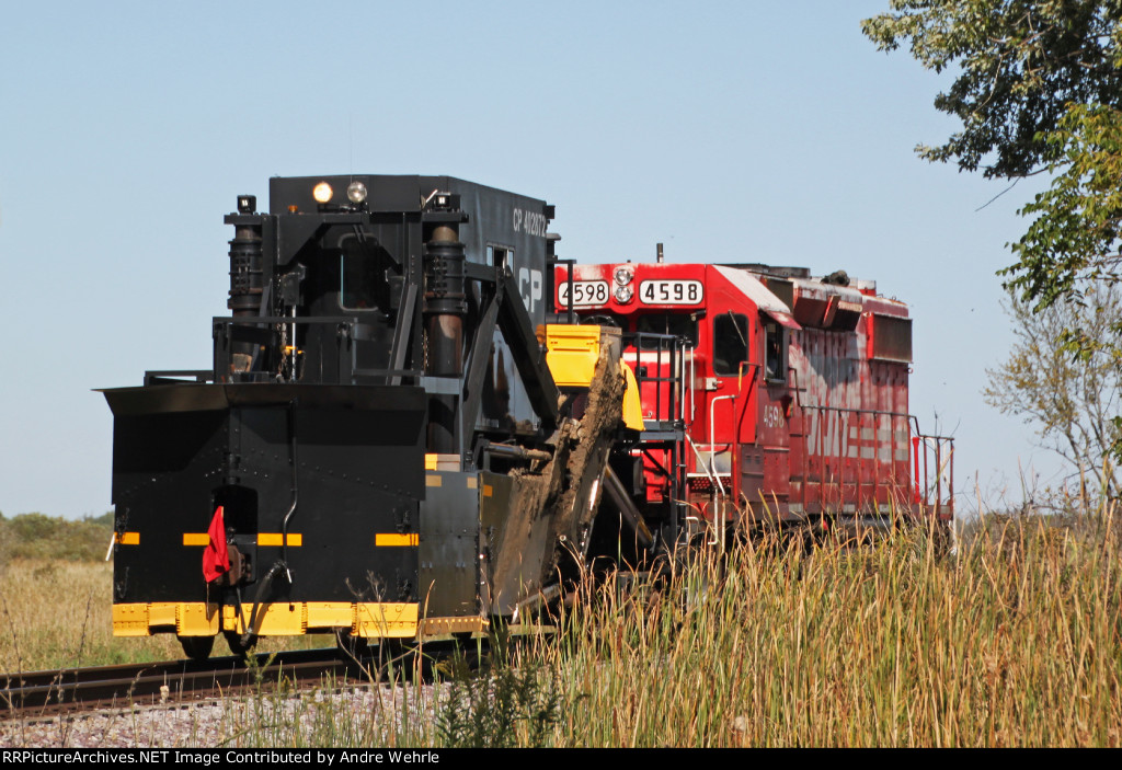 CP 402872 is towed north by SOO 4598